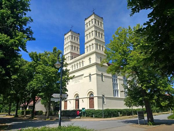 Bild der Schinkelkirche in Straupitz (Spreewald), gesehen bei einer Motorradtour durch Spreewald und Tagebaue