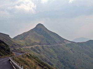 Bild der Abfahrt vom Puy Mary in Zentralfrankreich mit einer Kurvenstrecke und erloschenen Vulkanen