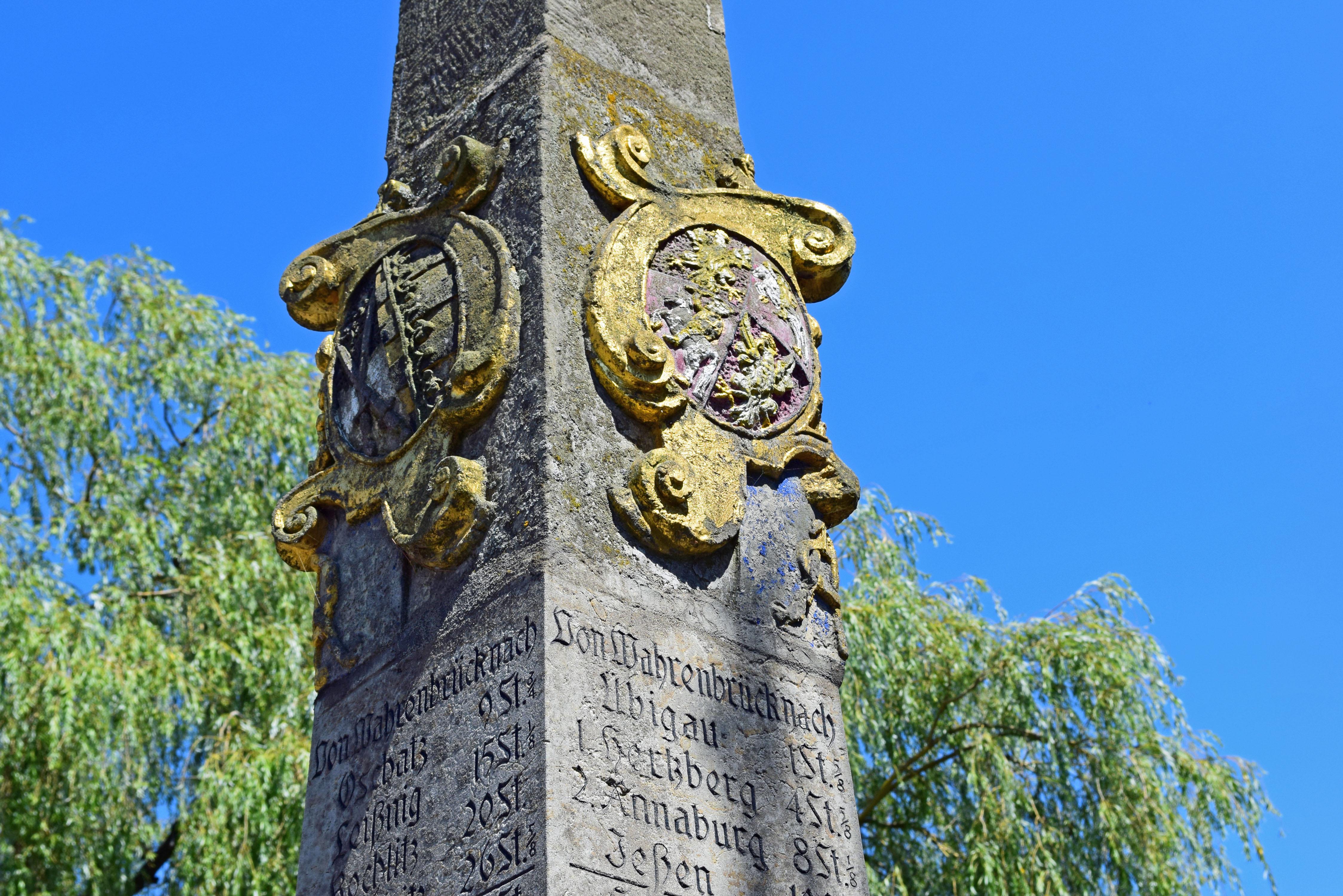 Sächsische Postmeilensäule aus dem Jahre 1703 in Wahrenbrück, Landkreis Elbe Elster in Brandenburg, mit kurfürstlichem Wappen und der Angabe der Postlaufzeiten zu den einzelnen Zielorten