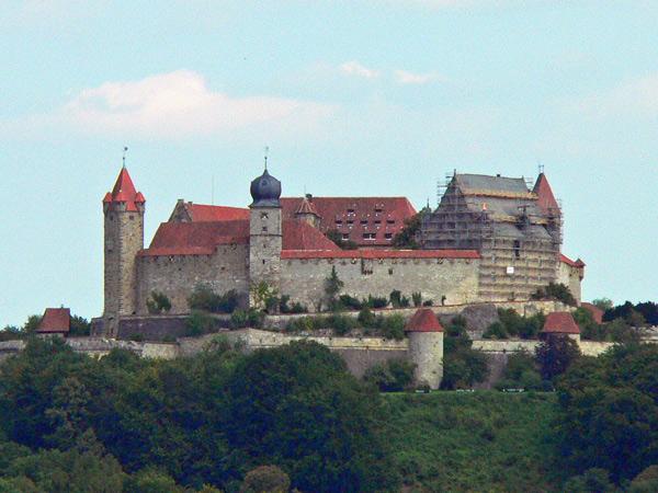 Bild der Veste Coburg von der Südseite her mit Mauerwerk und Wehrtürmen