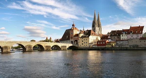 Stadtpanorama Regensburg von der Donau her gesehen mit der Steinernen Brücke und dem gotischen Dom St. Peter