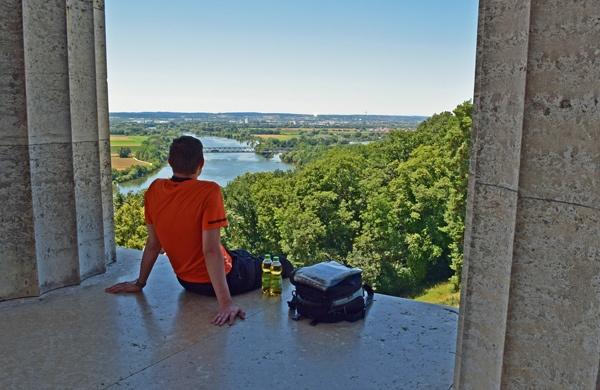 Panoramablick von der Walhalla auf die Donau mit einem jungen Motorradfahrer im orange T-Shirt und einem Tankrucksack