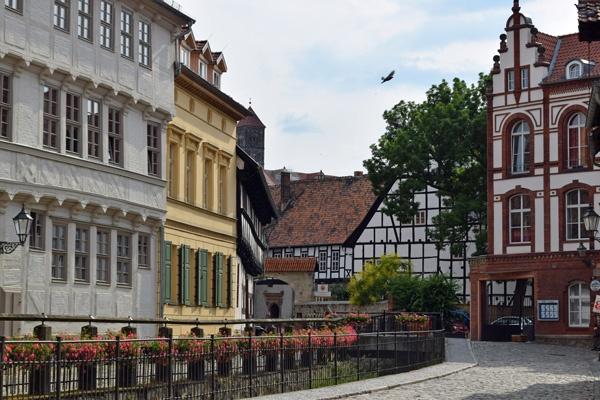 Bild der Altstadt von Quedlinburg mit Fachwerkhäusern