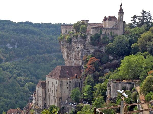 Bild von Schloss und Kirche Rocamadour auf steiler Felsenklippe im Département Lot in Südwestfrankreich