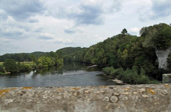 Bild von der Fahrt über die Dordogne über eine alte Steinbrücke bei einer Motorradtour Südwestfrankreich Teil 1
