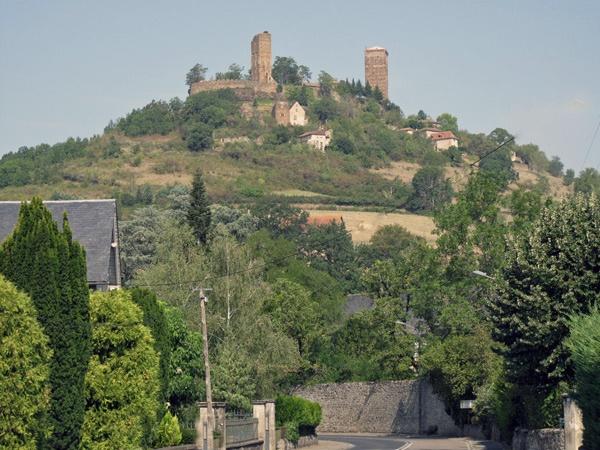Bild der Burg St-Ceré (Lot) in Südwestfrankreich auf einem hohen Berg liegend mit zwei Türmen und Mauerring
