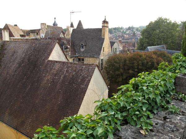 Bild vom Blick über die Dächer von Sarlat-la-Canéda von einem Turm aus, gesehen bei einer Motorradtour Südwestfrankreich Teil 1,