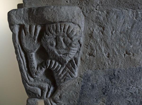 Bild einer Relieffigur im Dom von Quedlinburg, die mit ihrer großen Hand winkt
