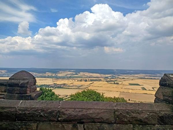 Panoramablick vom Kyffhäüser über das weite Land mit Getreidefeldern