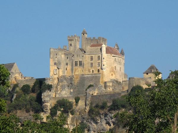Bild vom Schloss Beynac Perigord Noir Südwestfrankreich auf einem Felsen mit einem zinnenbesetzten Bergfrit