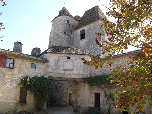 Bild vom Schloss Montaigne in der Dordogne (Südwestfrankreich) vom Innenhof aus gesehen mit zwei dicken aneinandergebauten Türmen