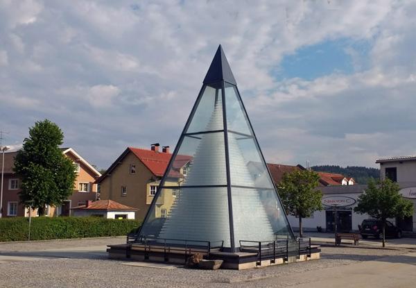 Bild der Gläserpyramide in Zwiesel im Bayerischen Wald mit 93.665 aufeinander gestapelten Weingläsern