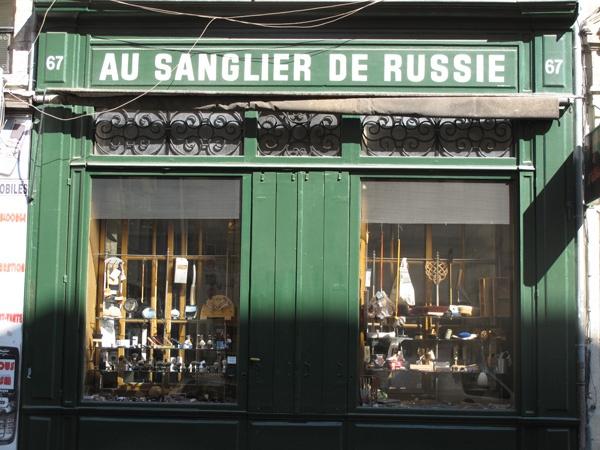 Bild von einem Laden für Rasierbedarf und ausgefallene Haushaltsartikel mit grüner Front und der Aufschrift russisches Wildschwein