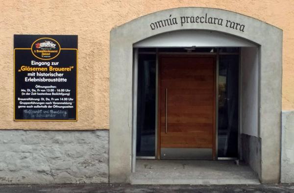 Bild der Dampfbierbrauerei in Zwiesel mit einer Überschrift über dem Tor, die von Cicero, De amicitia stammt: omnia paeclara rara - alles Vortreffliche ist selten