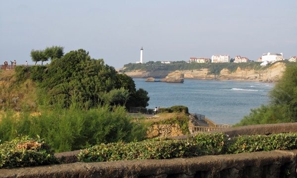 Bild vom Etappenziel im Seebad Biarritz bei einer Motorradtour Südwestfrankreich Teil 1 mit Meeresbucht und einem weissen Leuchtturm im Hintergrund