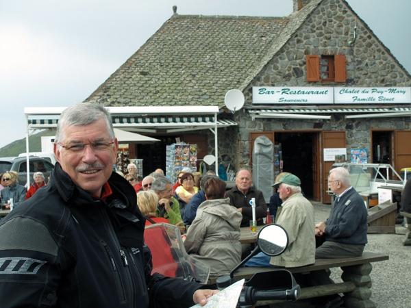 Bild von einer Kaffeepause auf dem Puy Mary in Zentralfrankreich bei einer Motorradtour Südwestfrankreich Teil 1