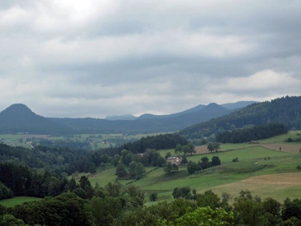 Landschaftsbild vom Velay in Zentralfrankreich mit Vulkankegeln im Hintergrund