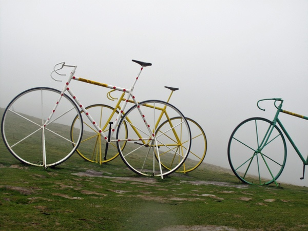 Rennraddenkmal Col-d'Aubisque im dichten Nebel bei einer Motorradtour Südwestfrankreich Teil 2