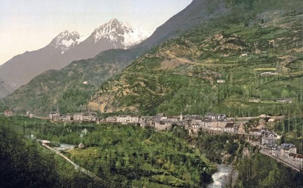 Stadtansicht von Luz-St-Sauveur mit Gebirgsbach in den französischen Pyrenäen, besucht bei einer Motorradtour Südwestfrankreich Teil 2