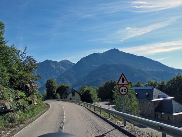 Auffahrt zum Col du Portillon vom Motorrad aus mit dem Pyrenäenmassiv im Hintergrund bei einer Motorradtour Südwestfrankreich Teil 2