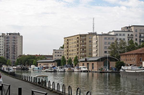 Canal-du-Midi in Toulouse mit Booten und modernen Hochhäusern am Kanalufer