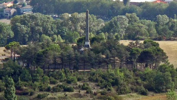 Gedenk-Obelisk Pierre-Paul Riquet, den Erbauer des Canal du Midi, besucht bei einer Motorradtour Südwestfrankreich Teil 2
