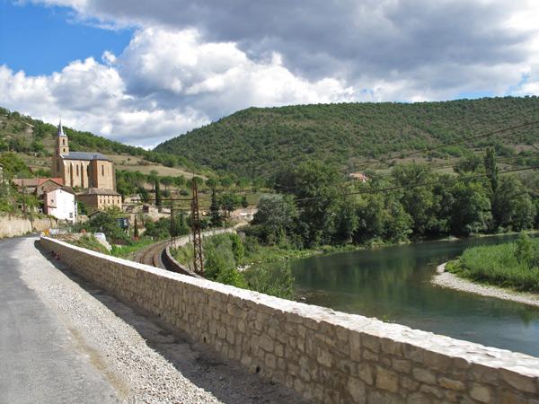 Einfahrt in die Gorges du Tarn 1 im französischen Département Aveyron als 17. Etappe einer Motorradtour Südwestfrankreich Teil 2