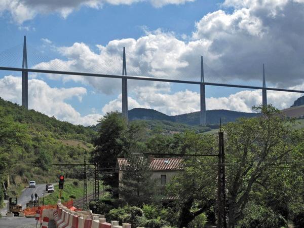 Viaduc de Millau über die Gorges du Tarn, die höchste Autobahnbrücke Europas, gesehen bei einer Motorradtour Südwestfrankreich Teil 2