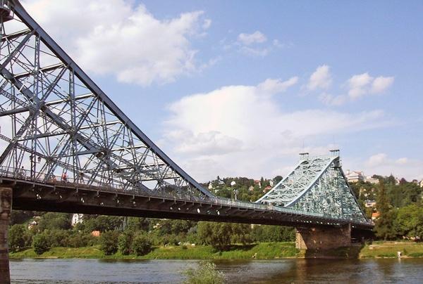 Loschwitzer Brücke in Dresden, dem sog. Blauen Wunder über die Elbe, mit den Elbhängen im Hintergrund