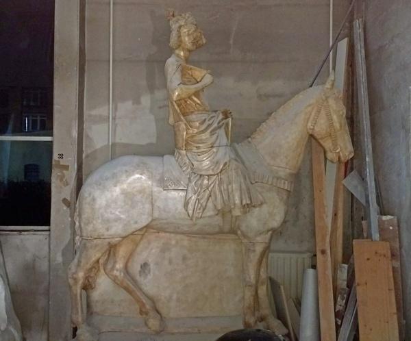 Bild der Statue des Bamberger Reiters im Bamberger Dom, hier als Gipsabguss in der Gipsformerei der Staatlichen Museen zu Berlin