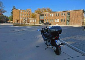 Bild der ehemaligen ADGB-Bundesschule in Bernau mit einem Motorrad im Vordergrund, besucht bei einer Bauhaus-Motorradtour durch Berlin