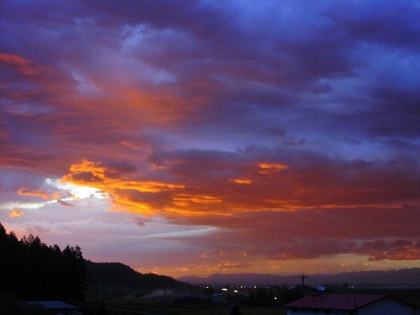 Bild vom Abendhimmel in Kalispell, MT mit den Rocky Mountains im Hintergrund