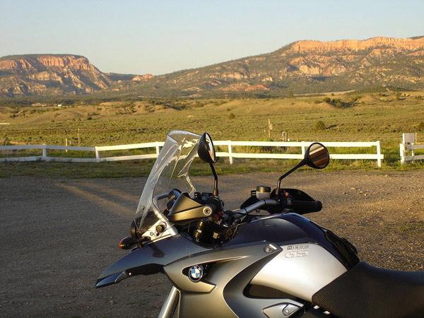 Abendsonne in Hatch, UT vor einer Bergkette mit einem Motorrad BMW R 1200 GS im Vordergrund