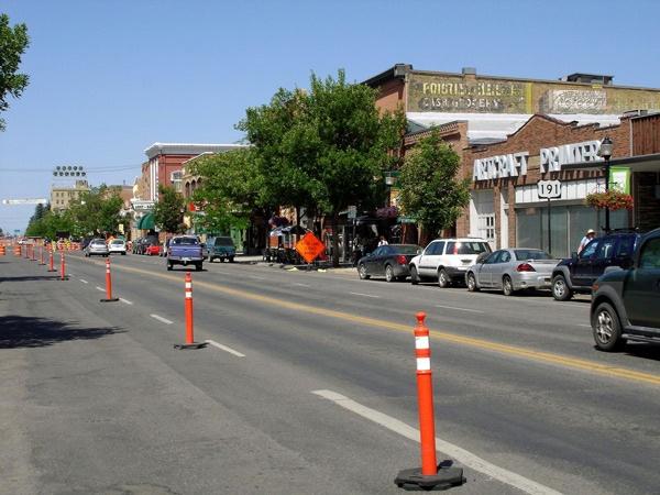 Bild der Hauptstrasse von Bozeman, MT mit Autos und Geschäften