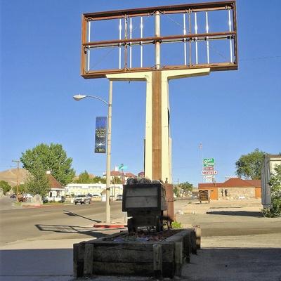 Bild vom City Center Lee Vining, NV mit einem verrosteten Tankstellenschild