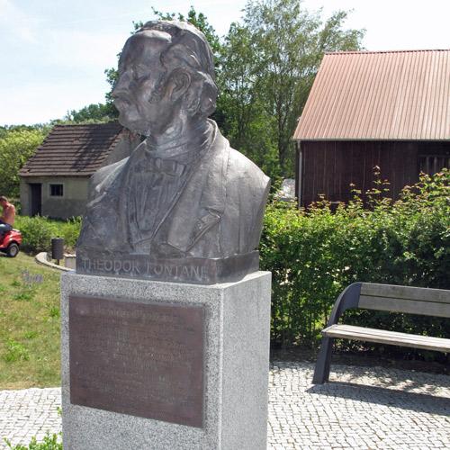 Bild vom Fontane-Denkmal in der Ortsmitte von Görne, Lkr. Havelland, besucht bei einer Fontane-Motorradtour in Brandenburg