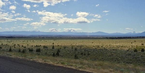 Bild des High Desert in Oregon mit dem Gebirgszug der Cascade Range im Hintergrund