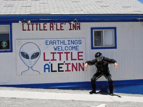 Bild von einem grimassierenden Motorradfahrer mit Helm vor dem Little Ale Inn Rachel,NV