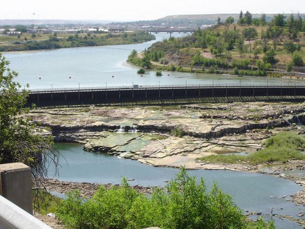 Bild vom Missouri in Great Falls, MT mit Staudamm und der Stadt im Hintergrund