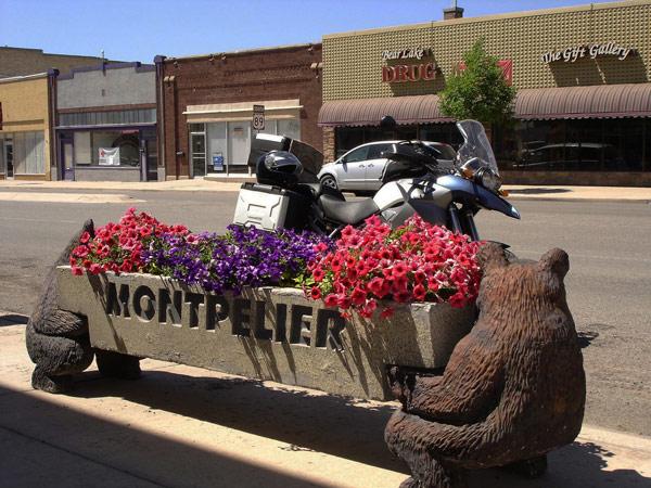 Bild der Hauptstraße von Montpelier, ID mit einem beschrifteten Blumenkasten im Vordergrund und einem Motorrad BMW R 1200 GS dahinter