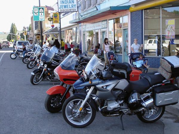 Bild von einem Motorradtreffen in Panguitch, UT mit einer Reihe von Motorrädern