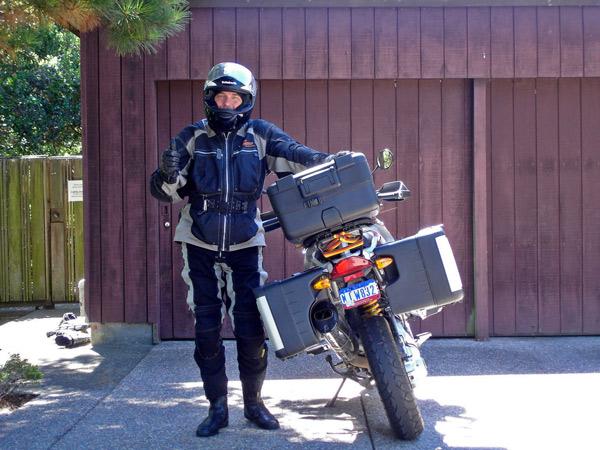 Bild von einem Motorradfahrer mit Helm und einem Motorrad BMW R 1200 GS nach Rückkehr von einer Motorradtour durch die Rocky Mountains