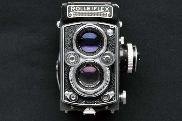 Zweilinsige Mittelformatkamera Rolleiflex C mit Objektiv Zeiss Planar 3,5/75