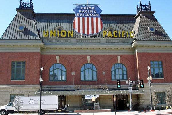 Bild vom Bahnhof von Salt Lake City, Utah mit einem Werbeschild der Union Pacific Railroad