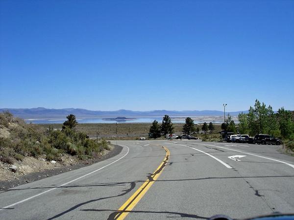 Bild von der Strasse zum Mono Lake mit dem See im Mittelgrund und der Sierra Nevada im Hintergrund