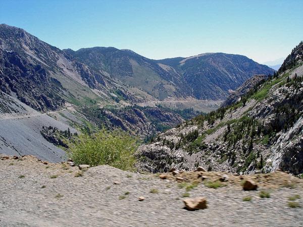 Bild der Bergstraße auf dem Tioga Pass Richtung Nevada auf einer Motorradtour Rocky Mountains