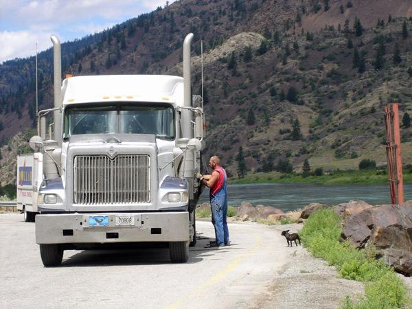 Bild von einem Truck im Clark Fork Valley bei einer Pause mit einem kleinen Hund