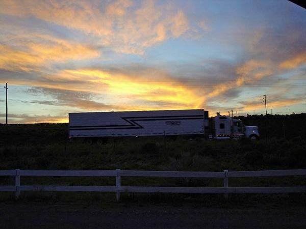 Bild von einem Truck in Hatch,UT beim Sonnenuntergang