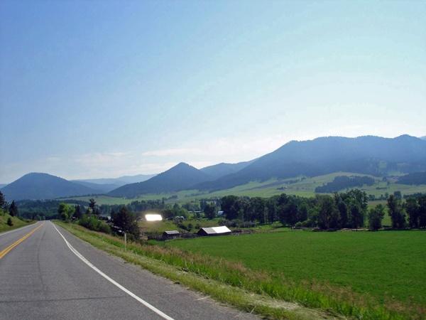 Bild von der U.S. Route 89 Montana mit Bergen im Hintergrund