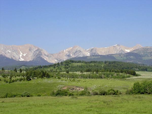 Bild von der U.S. Route 89 Montana mit einem Gebirgszug